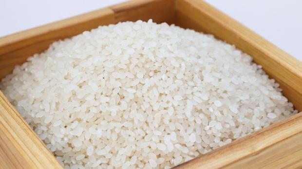 в деревянный ящик насыпаны рисовые зерна