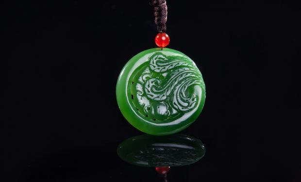 круглый кулон из зеленого нефрита