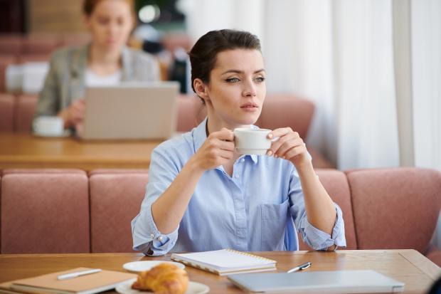 девушка в кафе с чашкой кофе