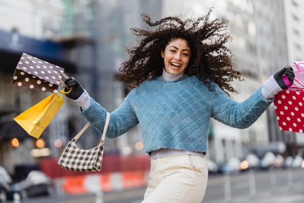 веселая девушки идет с шопинга