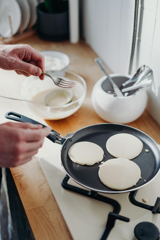 приготовление оладьей на сковороде