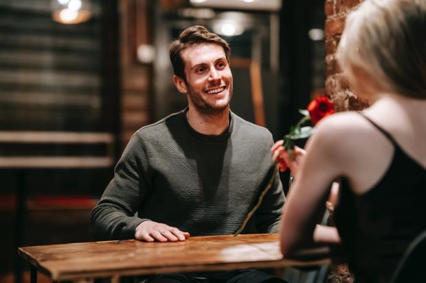 парень и девушка в кафе на свидании