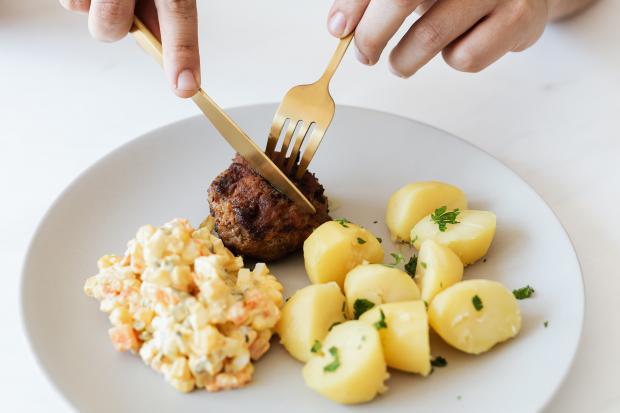 котлета с картофелем и салатом
