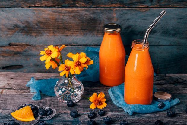 апельсиново-морковный сок в бутылочка