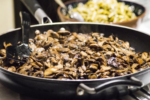 жареные грибы на сковороде