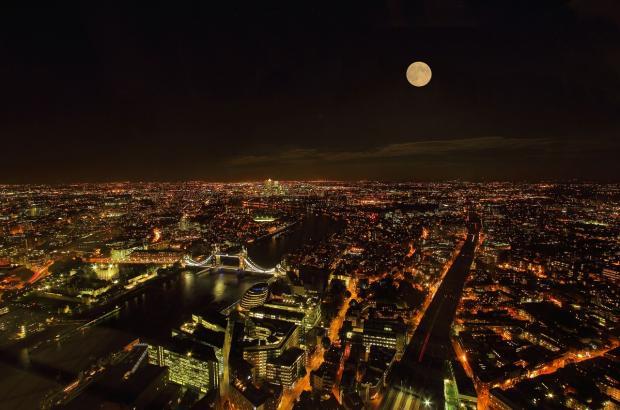 полнолуние над ночным Лондоном