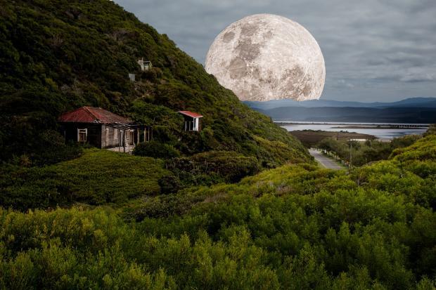 полная Луна над зелеными горами выходит