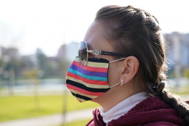 девушка в очках и маске