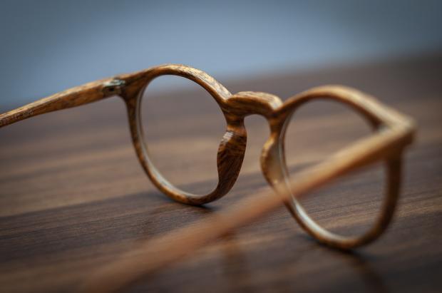 очки в деревянной оправе