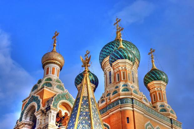 разноцветные купола красивой архитектуры с крестами устремились в небо