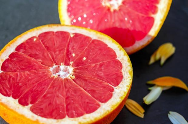 разрезан на две половины грейпфрут