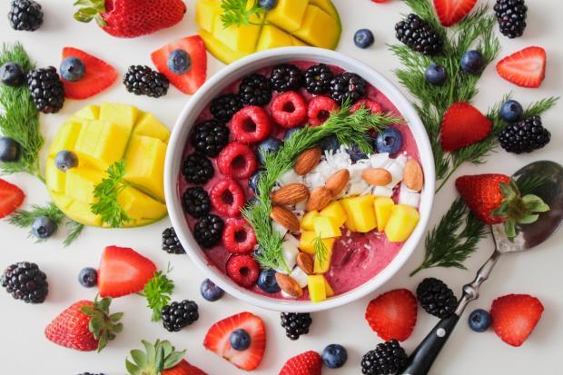 блюдо красиво оформлено фруктами и ягодами