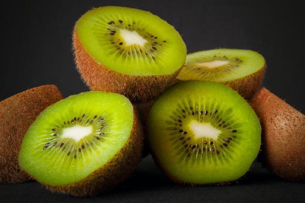 разрезаны плоды киви