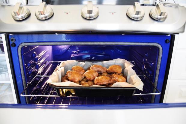 духовка, в которой запекается мясо