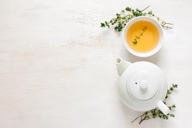 чашка с зеленым чаем, заварник