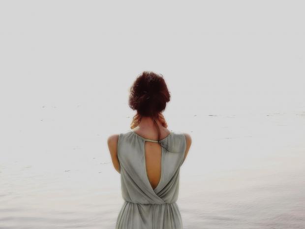 девушка в сером платье с глубоким  вырезом на спине