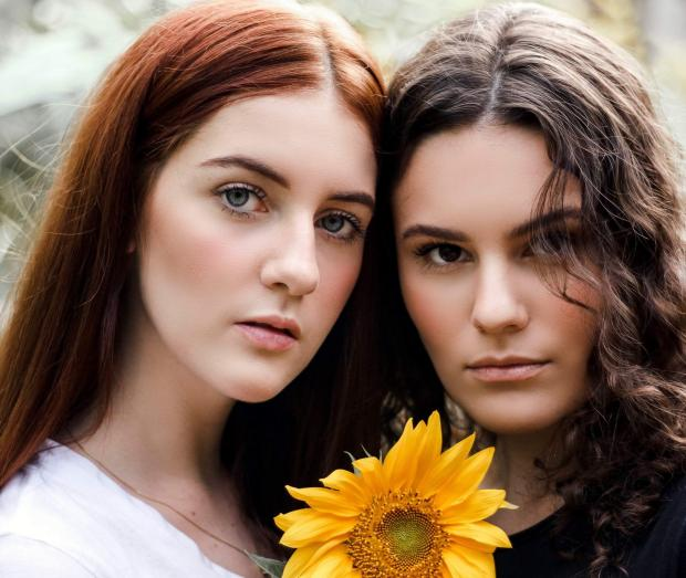 две молодые девушки с подсолнухом