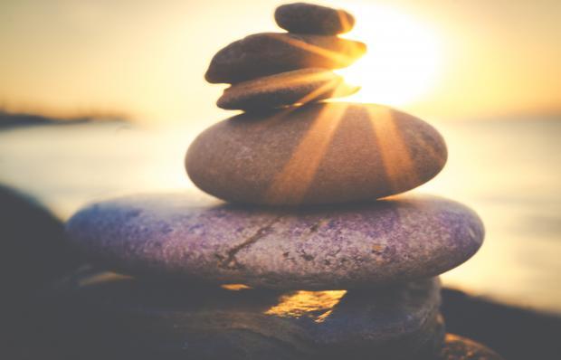 камни, сложенные друг на друга, луч солнца