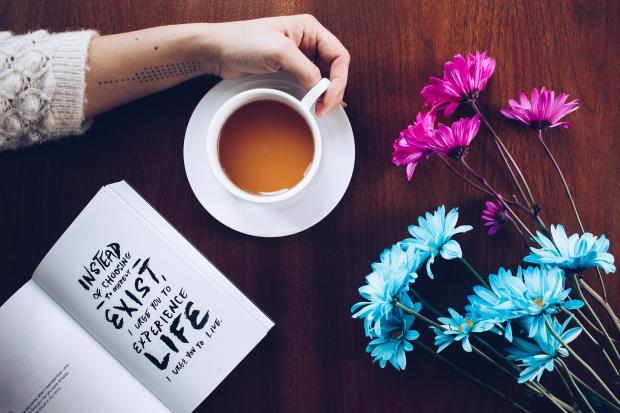 чашка с чаем, запись в блокноте, цветы