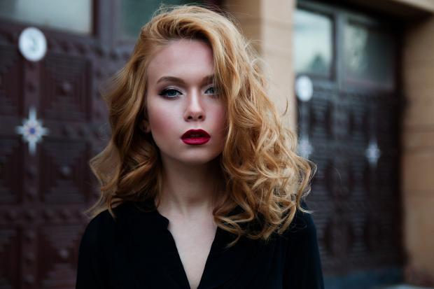 красивая девушка-блондинка