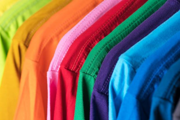 яркие разноцветные футболки
