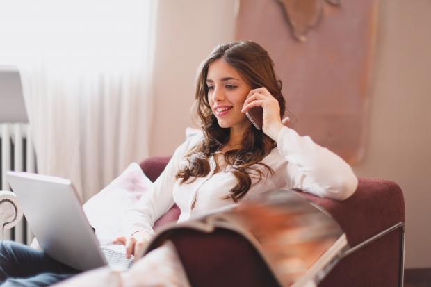 симпатичная девушка разговаривает по телефону