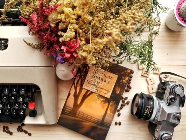 старая печатная машинка, фотоаппарат, цветы