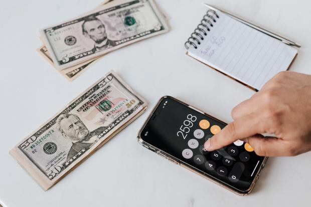 калькулятор, доллары, блокнот