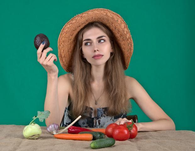 девушка в шляпке с овощами