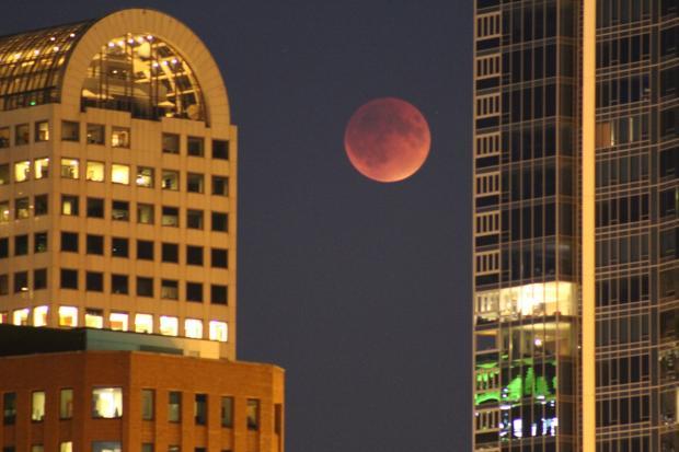кровавая Луна в ночном городе
