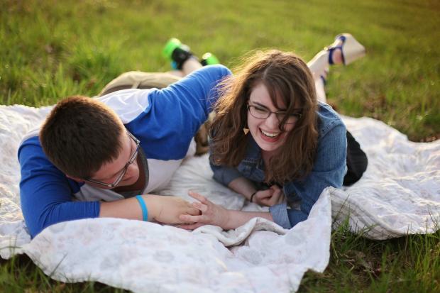 молодые парень и девушка на пикнике