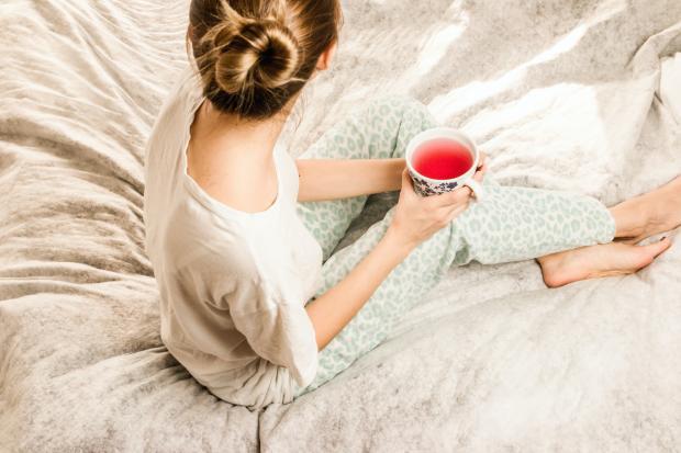 девушка в пижаме с чашкой чая