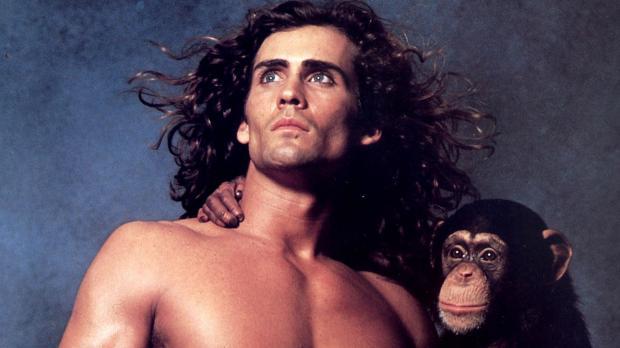 Джо Лара в образе Тарзана с шимпанзе