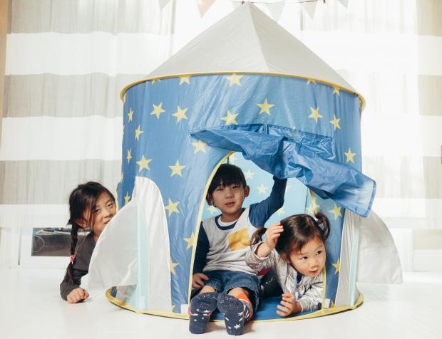маленькие дети играют в палатке