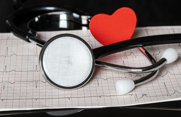 фонендоскоп, красное сердечко, кардиограмма