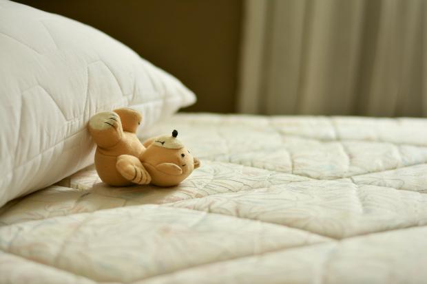 кровать, подушка, медвеженок