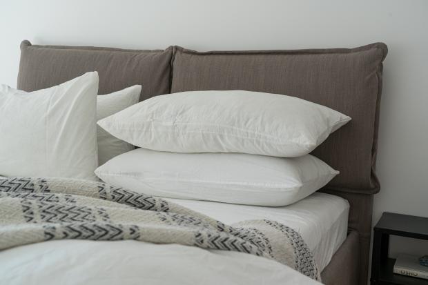 кровать, белые подушки