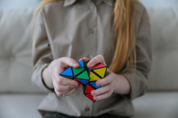 девушка собирает головоломку