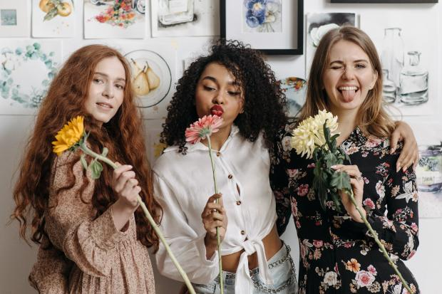 три девушки с цветами