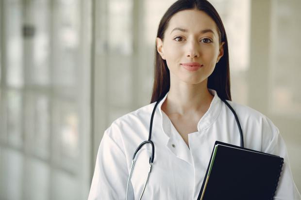 женщина-врач с черной папкой