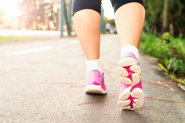 ноги идущей девушки в кроссовках