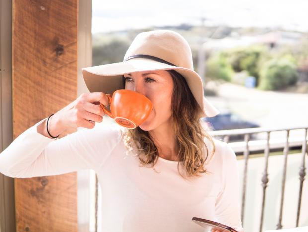 девушка в шляпке пьет кофе