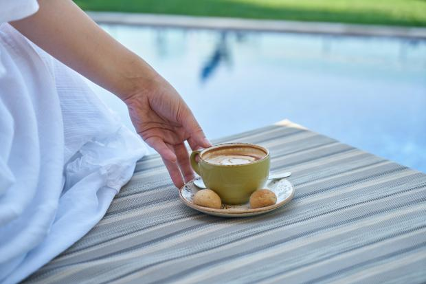 чашечка кофе на блюдце, девушка в белом платье