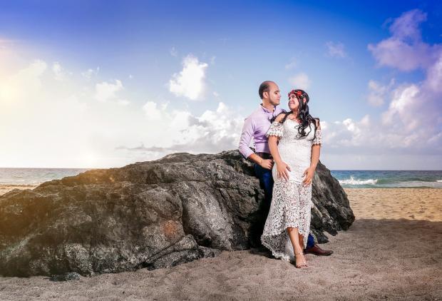 пара стоит на высоком берегу моря