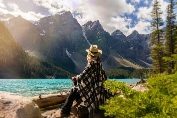 девушка сидит на берегу горного озера