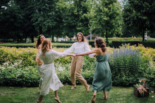 четыре танцующие девушки