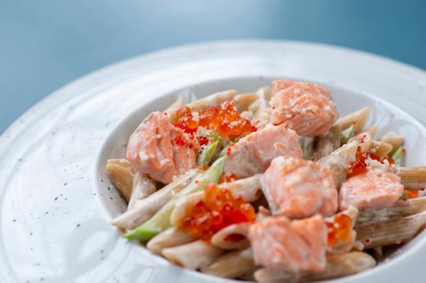 макароны с лососем и красной икрой
