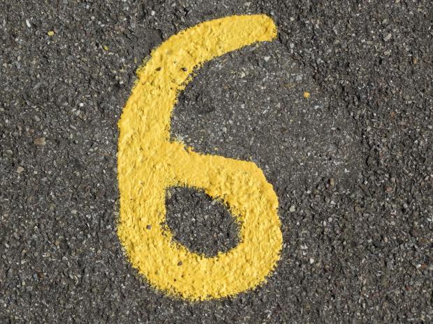 желтая цифра 6 нарисована на асфальте