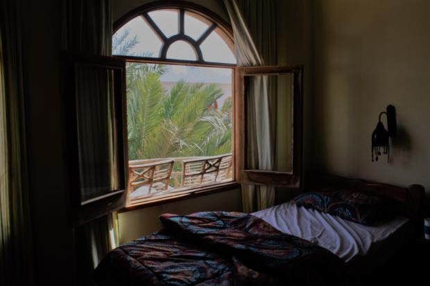 кровать у открытого окна