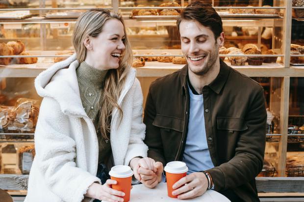парень и девушка за столиком уличного кафе